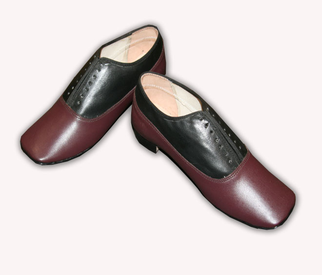 Maroon and Black Ladies Low Shoe size 7
